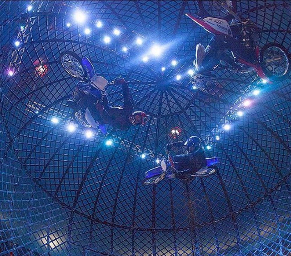 Мотокаскадеры из Колумбии с номером «Шар смелости». Артисты исполнят фигуры высшего пилотажа внутри стального шара.
