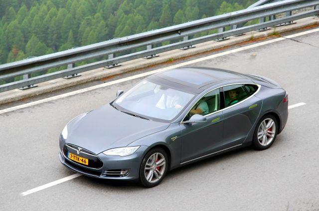 Шофёр Tesla умер вГолландии при столкновении машины сдеревом