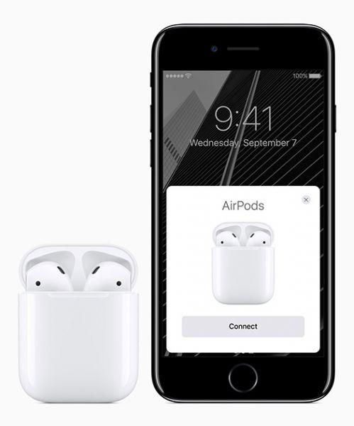 Новый мобильный телефон снабжен усиленными динамиками. У него отсутствует стандартный разъем для наушников mini-jack. Теперь гарнитура подключается через