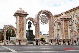 Юрию Долгорукому на время Дня города подарили Триумфальную арку.