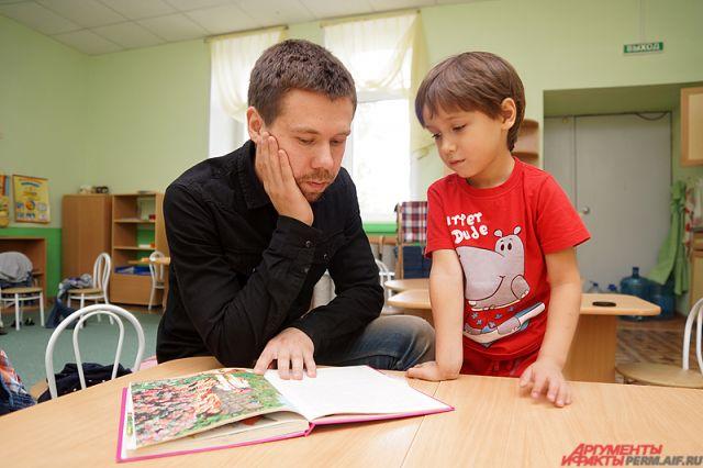 Воспитатель Евгений Пепеляев за работой.