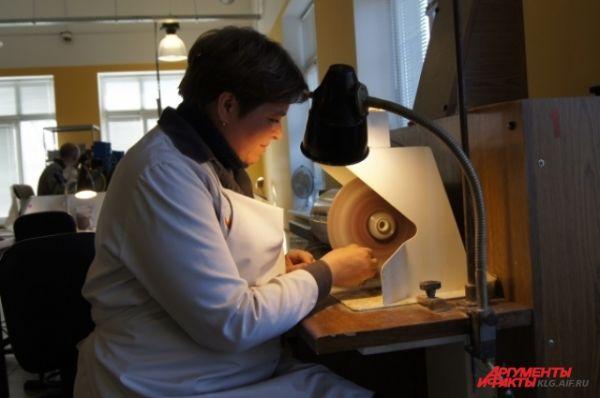 Процесс шлифовки янтаря.