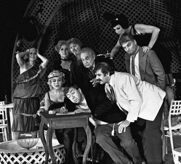 Сцена из спектакля Московского театра Сатиры «Самоубийцы». В центре — Роман Ткачук, второй справа — Михаил Державин, 1989 год.