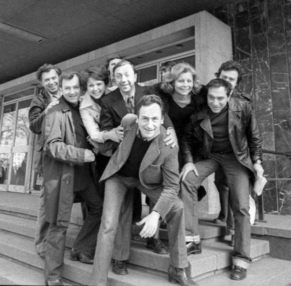 Актеры Московского театра Сатиры и французский режиссер Антуан Витеза (в центре). Второй слева — Михаил Державин, 1977 год.