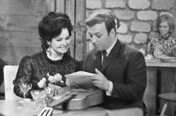 Зоя Зелинская в роли пани Терезы и Михаил Державин в роли ведущего на съемках телевизионной передачи «Кабачок 13 стульев», 1969 год.