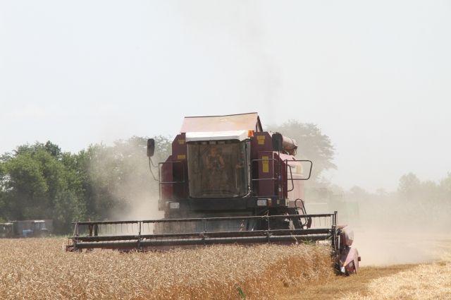 Валерий Радаев поздравил аграриев сосбором 4 млн тонн зерна