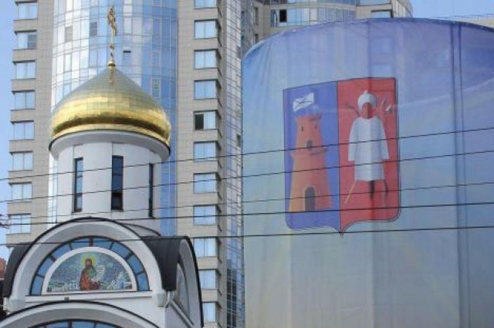 Повсюду - изображение герба Ростова, поздравления его жителям, выполненные в гамме туристического логотипа донской столицы,...