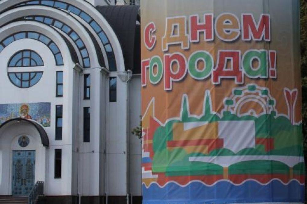 ... а также - триколоры и прочее убранство с использованием цевтов флага Ростовской области.