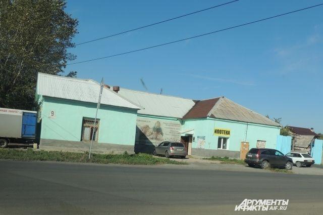 В «цивилизованной» части поселка есть школы, банки, детсады. В той, что за переездом – нет никаких объектов соцкультбыта.