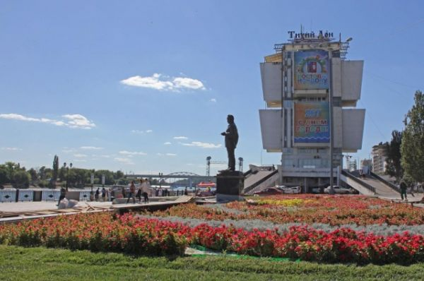 Порт Ростова и его городская набережная - тоже в праздничном убранстве. В День города здесь пройдут народные гуляния, конкурсы, соревнования. Отсюда очень хорошо виден праздничный фейерверк над Доном.
