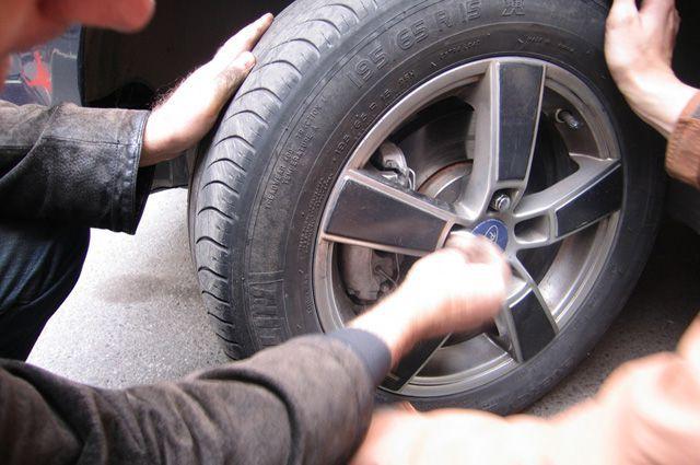 Мужчина скончался вПетербурге впроцессе замены колеса