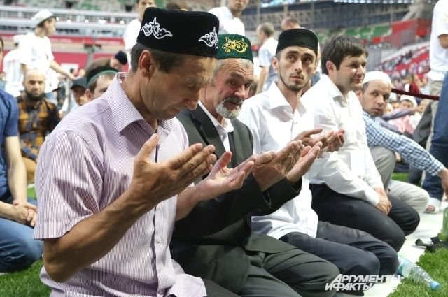При праздновании Курбан-байрама мусульманам следует совершить омовение и надеть чистую одежду.