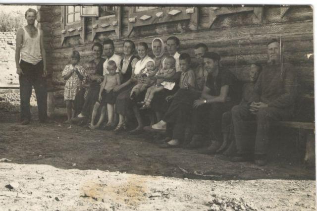 Новопольцевы возле своего дома. Ясашное Помряскино.