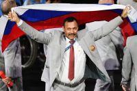 Директор «Республиканского центра олимпийской подготовки по легкой атлетике», представитель белорусской делегации Андрей Фомочкин с флагом России во время парада атлетов и членов национальных делегаций на церемонии открытия XV летних Паралимпийских игр 2016 в Рио-де-Жанейро.