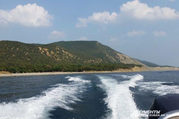 Катера привозят туристов на дикий пляж и увозят обратно примерно каждые полчаса.
