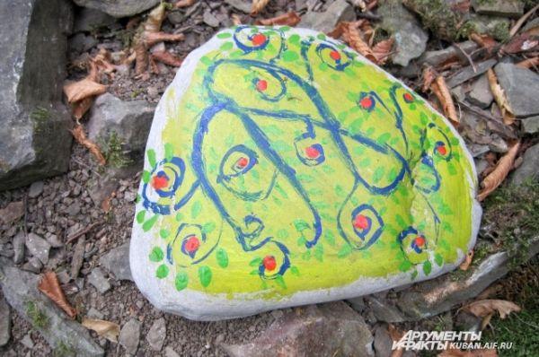 Красивая природа очень предрасполагает к творчеству. В качестве холстов здесь используют даже камни.