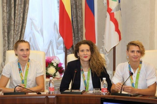 Анна Устюхина, Анна Гринёва и Екатерина Прокофьева на торжественном приёме в их честь в администрации города Волгодонска.