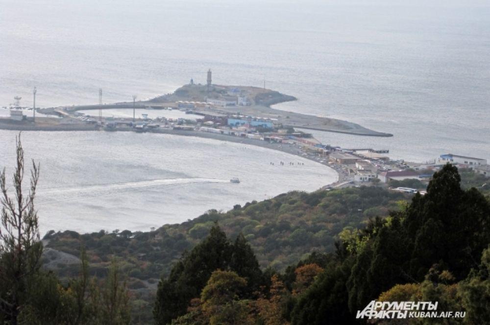 Вид сверху на небольшой полуостров, где находится маяк.