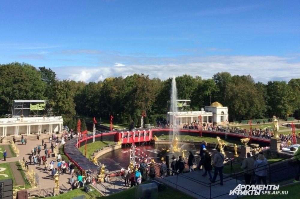 В праздник закрытия фонтанов эта площадь заполняется тысячами восхищенных зрителей.