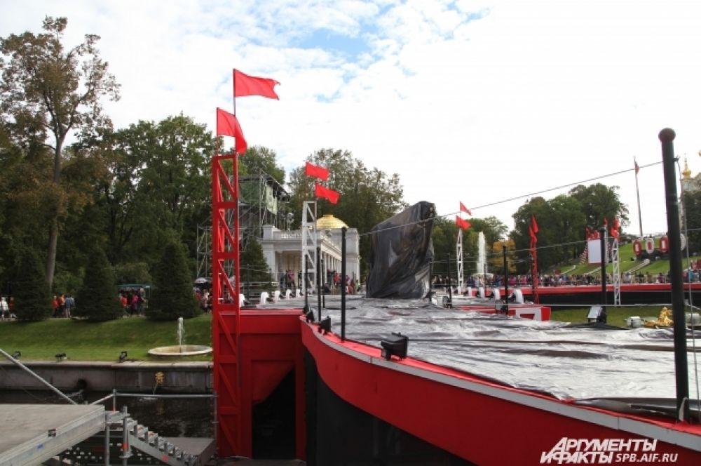 По периметру Большого каскада установлена сцена для артистов.