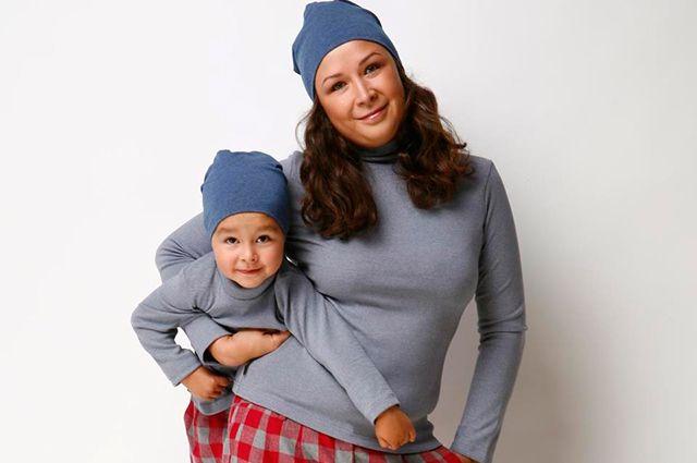 Евгения Лазарева одевает родителей и детей в одном стиле.