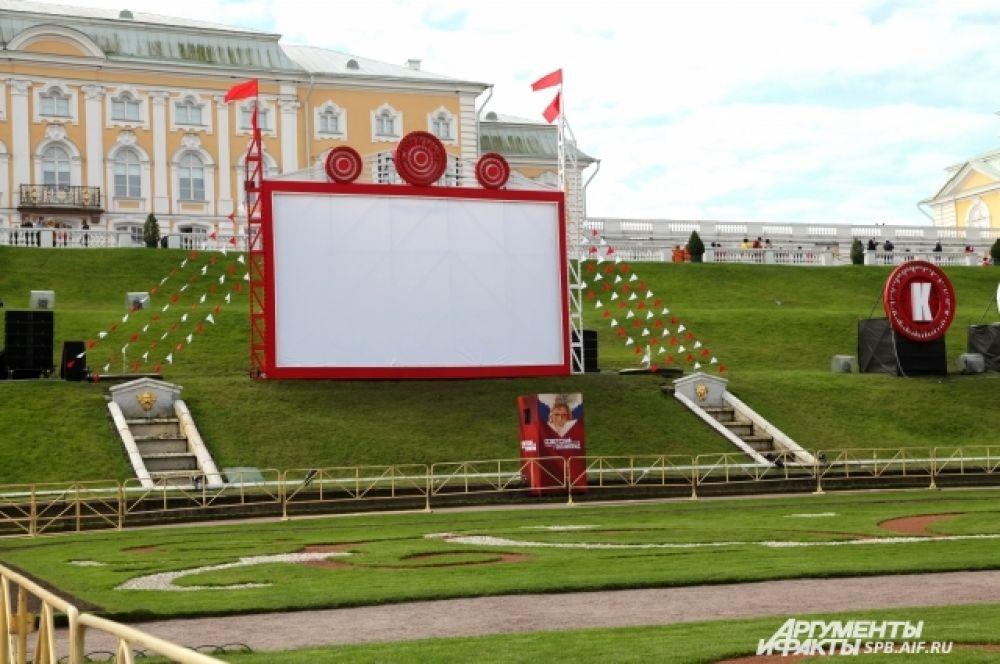 Большой каскад украсили декорации, созданные в стилистике советских художников-авангардистов.