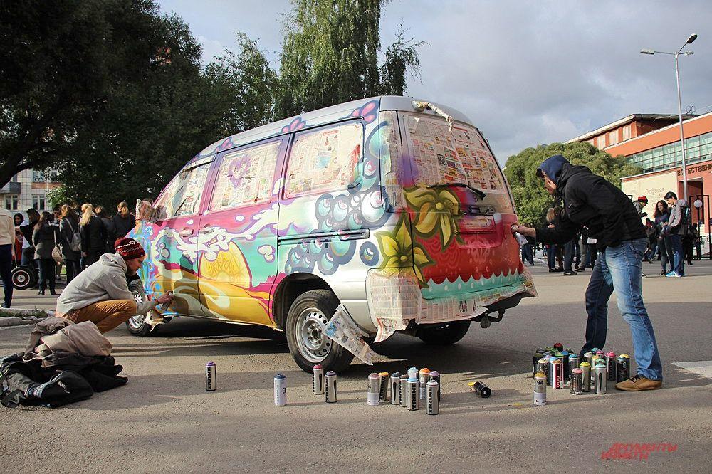 За несколько часов на двух машинах появились граффити от уличных художников.