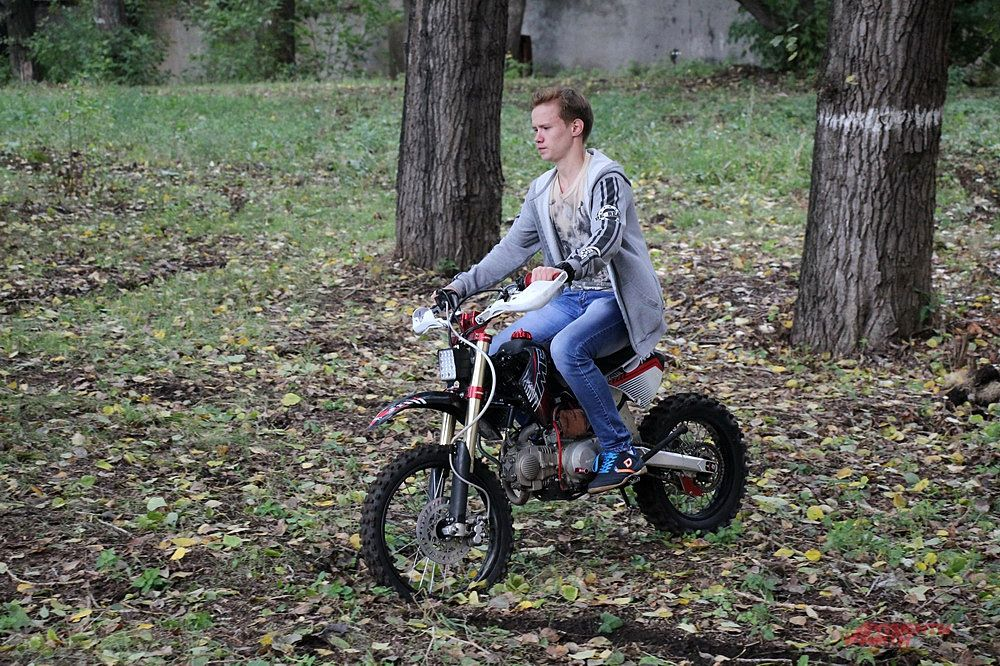 Смельчаки могли  сесть за руль спортивного мотоцикла.