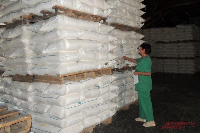 Склад мешков с мукой из зерна нового урожая.