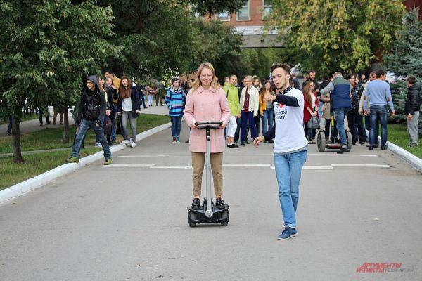 Студенты университета помогали новичкам освоить управление гироскутеров и сигвеев.