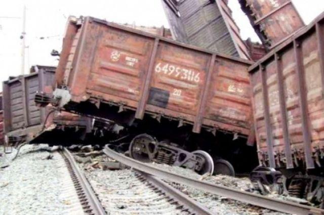 Ремонтники РЖД вырезают поврежденные пути после крушения поезда под Саратовом