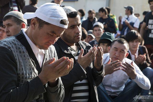 В праздник мусульман у мечетей возможны заторы.