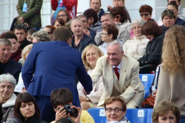 Бывший мэр города Сергей Ермаков как всегда весел и как всегда в белом.