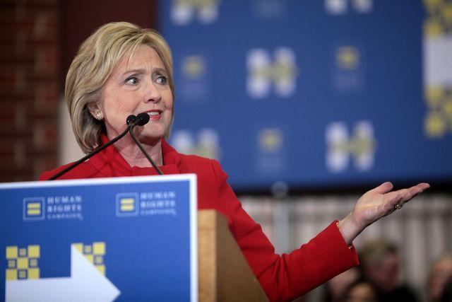 Клинтон вышла к репортерам после приступа недомогания впроцессе траурной церемонии