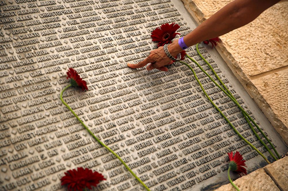 Затем под тихую музыку прозвучали имена всех жертв.