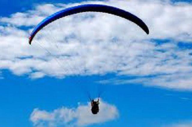 Пилот поднял параплан на высоту более 100 метров.