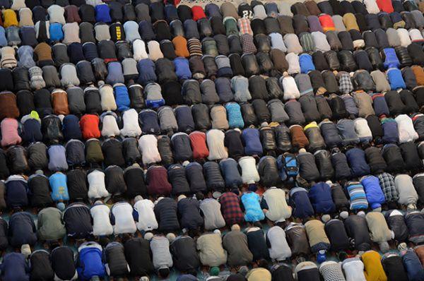 Мусульмане в день праздника жертвоприношения Курбан-Байрам в Московской Соборной мечети. На тюркских языках «курбан» значит «жертва», а «байрам» – «праздник».