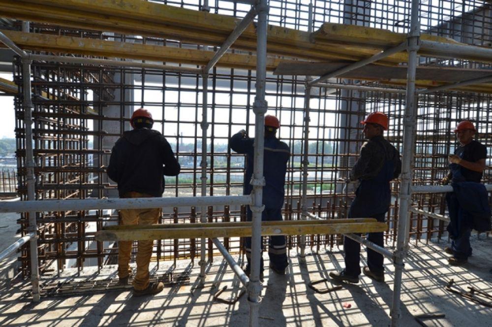 Строители начинают собирать конструкции кровли стадиона.