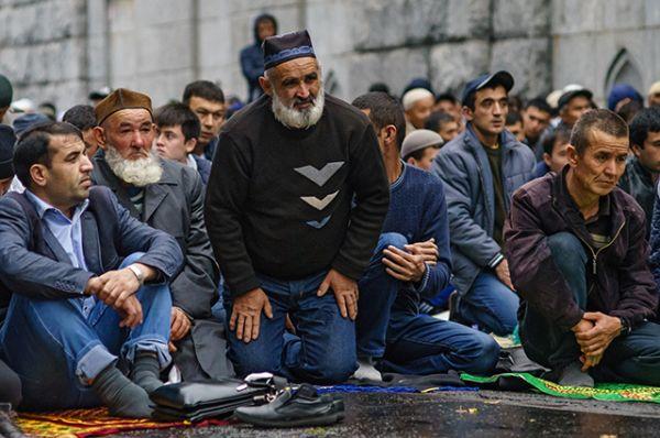 Мусульмане в день праздника жертвоприношения Курбан-Байрам у Соборной мечети в Санкт-Петербурге.