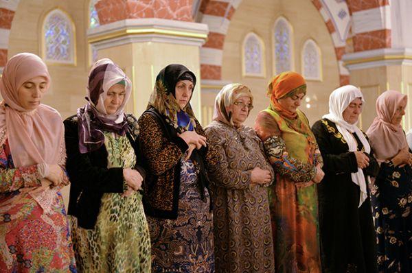 Мусульмане в день праздника жертвоприношения Курбан-Байрам в центральной мечети имени Ахмата Кадырова в Грозном.