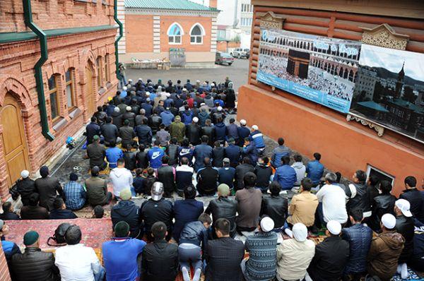Мусульмане в день праздника жертвоприношения Курбан-Байрам возле Соборной мечети Читы.