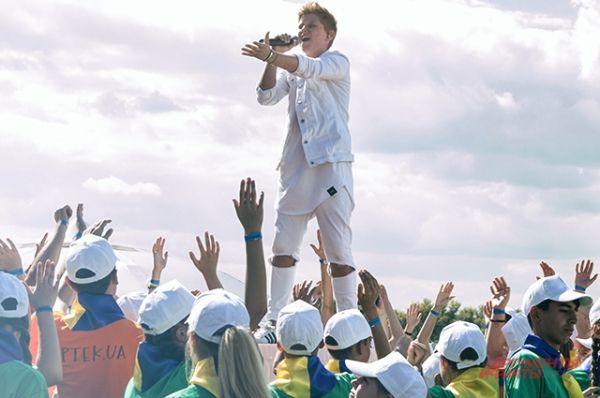 Андрей вел себя как звезда и казалось, что его держат за ноги посреди толпы. Для нас это выступление показалось самым ярким
