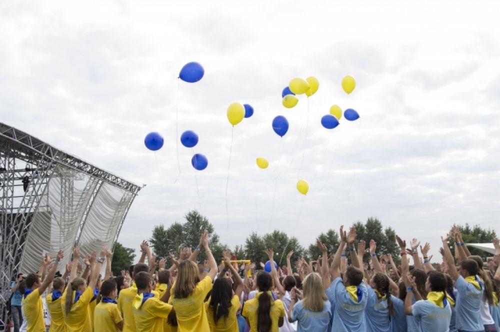 Перед началом выступлений дети из лагеря Артек.ua запустили в небо шарики национальных цветов