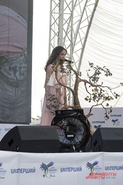 Для своего выступления Полине Дашковой понадобилось небольшое дерево в качестве декорации, а также для эффектности немного позже запустили туман