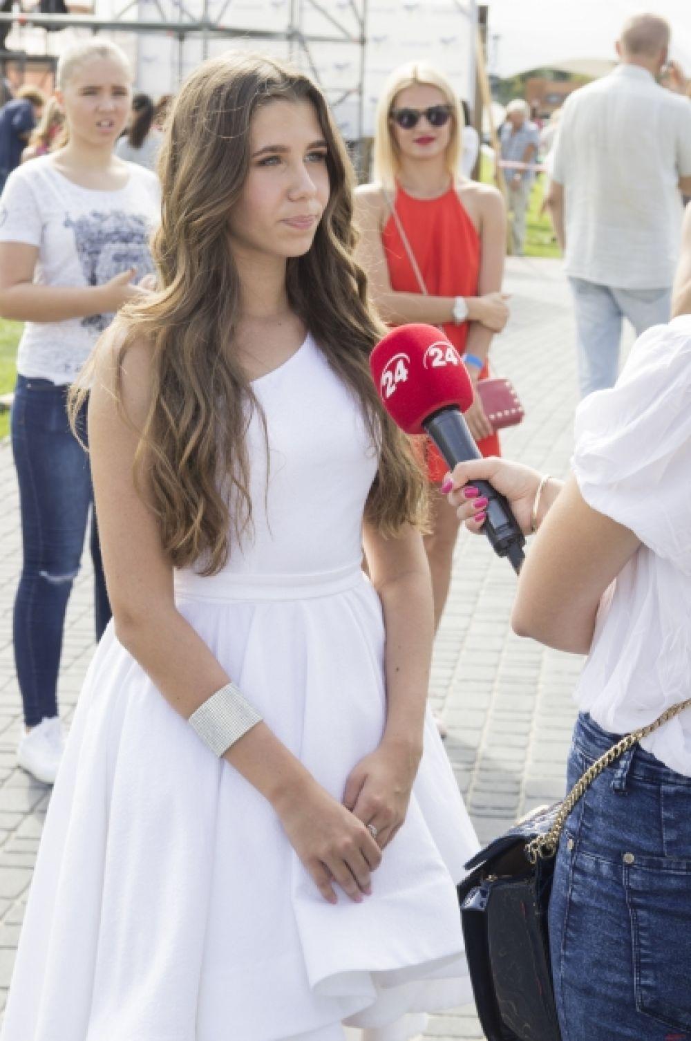 Мы успели также словить момент, когда Диана давала интервью телевизионному каналу