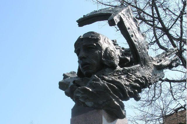 Памятник Екатерине Зеленко в Курске. Скульптор: Криволапов Н. П.; архитектор: Михайлов В. Н.