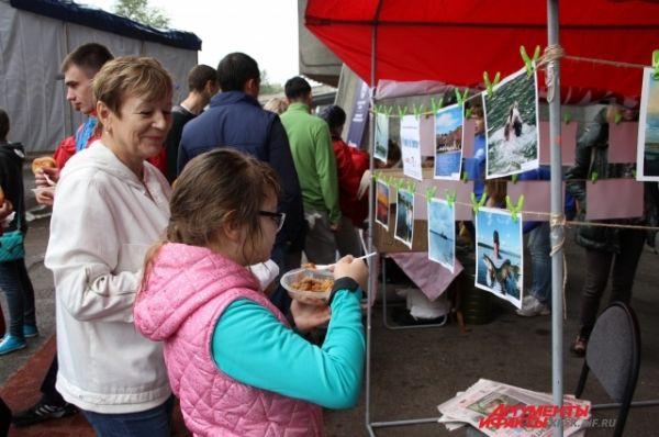 Во время перекуса участники экомарафона рассматрифали фотографии конкурса