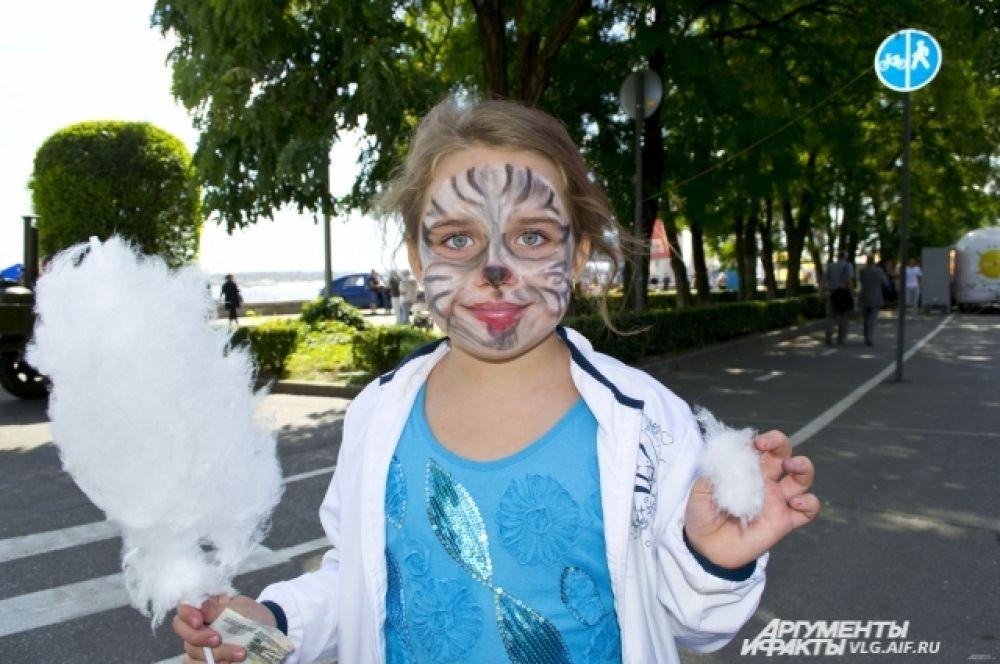Для детей работали площадки, где художники делали праздничный аквагрим всем желающим.