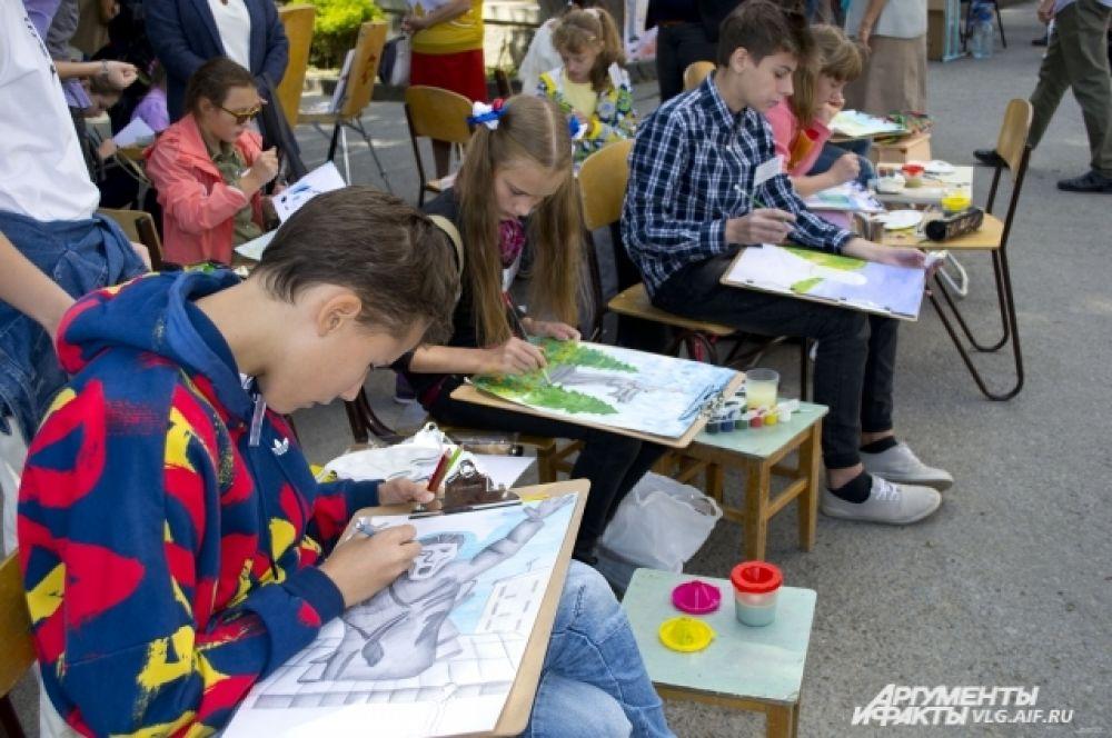 На других дети и подростки сами смогли побыть в роли художников.