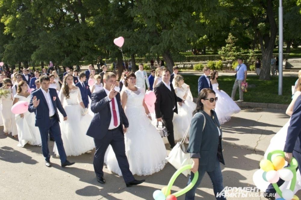Девушки в свадебных платья в месте с супругами прошлись по Центральной набережной.